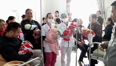 Hai ngày trong 'đỉnh lũ', bệnh viện tuyến huyện mổ đẻ cho 20 sản phụ