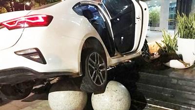Ô tô va chạm xe máy, đâm vào Trung tâm hành chính Đà Nẵng