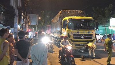 TPHCM: Xe tải tông xe đạp, 2 cha con thương vong