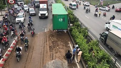 Hai xe container va chạm gây ùn tắc giao thông kéo dài 5 km trên Quốc lộ 1A