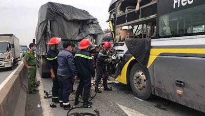 Đâm đuôi xe tải, tài xế xe khách tử vong tại chỗ