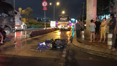Xe khách va chạm với xe máy, nữ công nhân tử vong