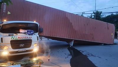 Thùng xe container lật đè chết tài xế