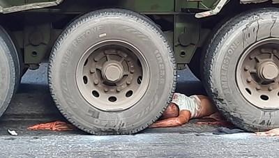 Thái Bình: Xe máy va chạm xe container, 2 người chết thảm