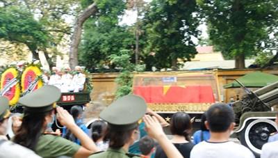 Người dân tiễn đưa nguyên Tổng Bí thư Lê Khả Phiêu về nơi an nghỉ cuối cùng