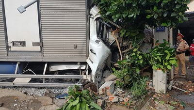 Bình Phước: Xe tải lao vào nhà dân