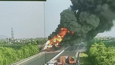 Cháy xe bồn chở xăng dầu, cao tốc Hà Nội-Hải Phòng ùn tắc cục bộ