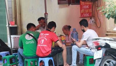Hà Nội: Trà đá vỉa hè vẫn vô tư bày bán dù có lệnh cấm