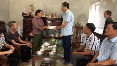 Mặt trận Phú Thọ thăm hỏi, hỗ trợ các gia đình bị thiệt hại do mưa lớn