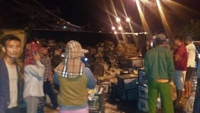Người dân nhặt hàng chục tấn xoài giúp tài xế bị lật xe