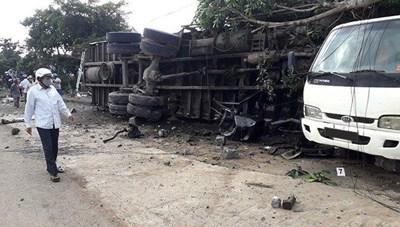 Xe tải mất lái tông chết người đang đứng trên vỉa hè