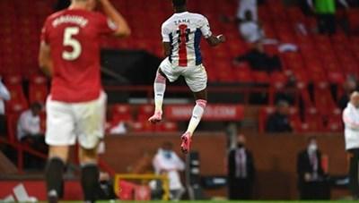 Tân binh Van de Beek ghi bàn, M.U vẫn thua thảm tại Old Trafford
