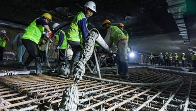 [ẢNH] Xuyên đêm để hợp long các khớp nối bản trung chuyển nhà ga ngầm S9