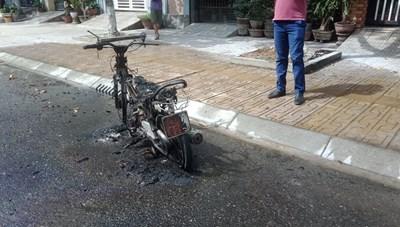 Quảng Nam: Xe máy đang lưu thông bất ngờ bốc cháy lớn