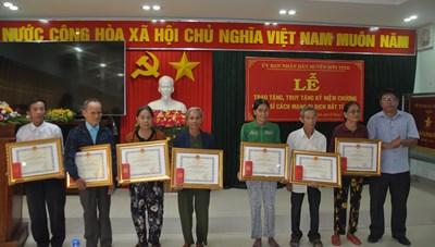 Quảng Ngãi: Trao Kỷ niệm chương cho chiến sỹ cách mạng bị địch bắt tù đày