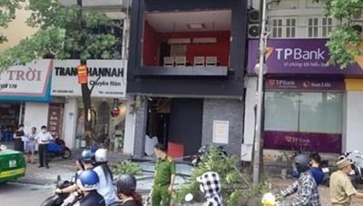 Hà Nội: Nổ bình gas tại phố Kim Mã, khung kính rơi trúng xe taxi
