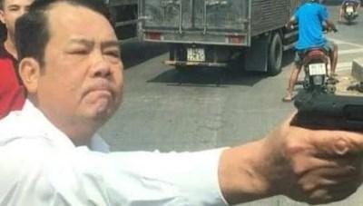 Bắc Ninh: Khởi tố giám đốc rút súng dọa bắn tài xế xe tải