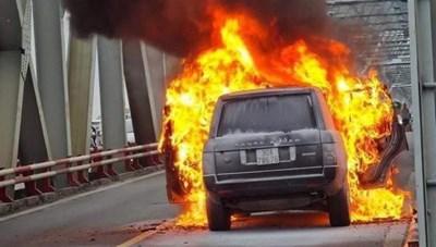 Xe sang Range Rover cháy ngùn ngụt trên cầu Chương Dương