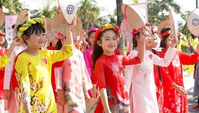 Rực rỡ sắc màu áo Tuần lễ áo dài Hạ Long