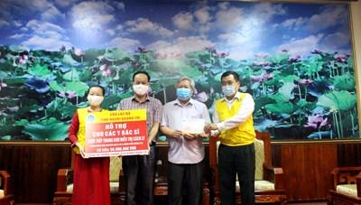 Quảng Trị: Trao tặng 50 triệu đồng cho các y, bác sĩ ở tuyến đầu chống dịch