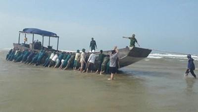 Phát hiện tàu 'lạ' không người lái trôi vào bờ biển Quảng Trị