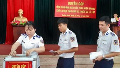 Quảng Nam: Cảnh sát biển ủng hộ đồng bào miền Trung