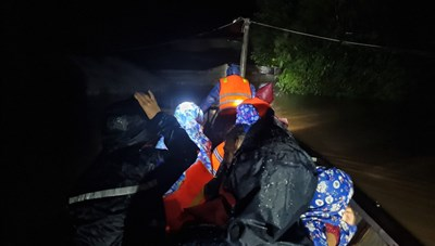 Nhà báo xuyên đêm cứu người trong đỉnh lũ