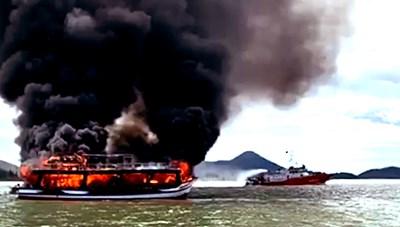 Kiên Giang: Cháy tàu du lịch chở 21 hành khách