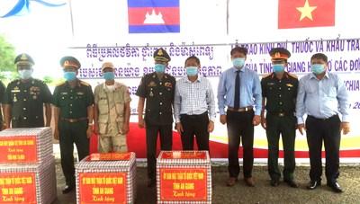 An Giang: Tặng quà các đơn vị Quân đội Hoàng gia Campuchia