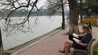 Mơ ngồi Bờ Hồ đọc sách