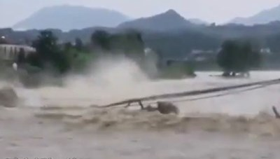 [VIDEO] Cây cầu 480 tuổi ở Trung Quốc bị nước lũ đánh sập