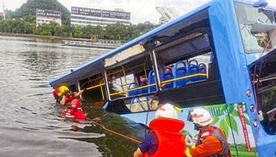 Xe buýt chở học sinh Trung Quốc lao xuống hồ