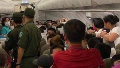 Cấm bay 1 năm khách nam 'cổ vũ' người chửi bới, đe dọa tiếp viên hàng không