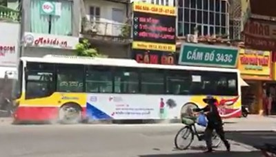 Xe buýt bất ngờ bốc cháy giữa phố Hà Nội