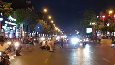 Truy tìm ô tô húc 7 xe máy đang dừng đèn đỏ rồi bỏ chạy ở Long Biên