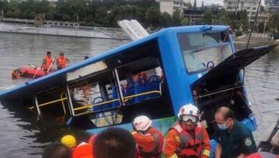 Trung Quốc: Xe bus lao xuống hồ do tài xế 'trả thù xã hội'
