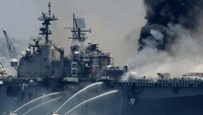 [VIDEO] Tàu chiến Mỹ bốc cháy dữ dội khi neo đậu tại cảng ở San Diego