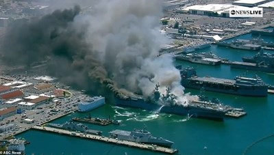 [ẢNH] Tàu chiến Mỹ bốc cháy dữ dội, 18 thủy thủ bị thương
