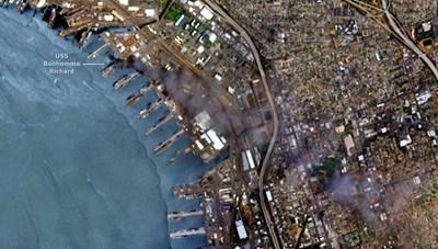 Tàu đổ bộ Mỹ bốc khói đen kịt trên ảnh vệ tinh