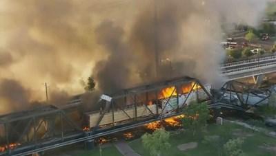 [ẢNH] Tàu chở hàng 102 toa cháy ngùn ngụt làm sập cầu ở Mỹ