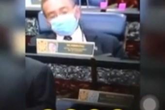 Ngoại trưởng Malaysia 'lén' hút thuốc dưới lớp khẩu trang