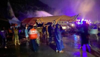 Máy bay Ấn Độ chở 191 người trượt đường băng, vỡ làm đôi