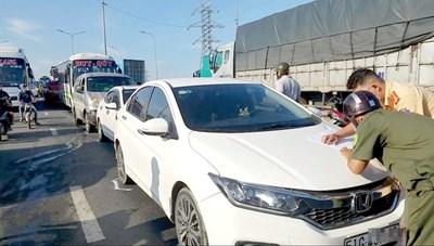 5 ô tô 'dồn toa', giao thông cửa ngõ TP HCM ùn tắc ngày đầu tuần