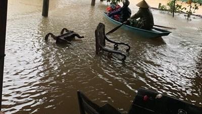 Hồ Kẻ Gỗ tăng lưu lượng xả gấp 10 lần, Hà Tĩnh ngập chìm trong nước