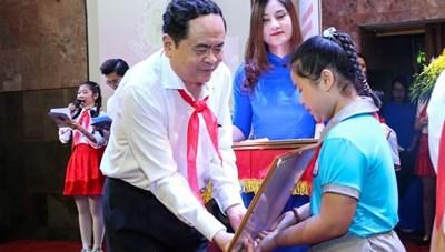 BẢN TIN MẶT TRẬN: Chủ tịch Trần Thanh Mẫn trao giải cuộc thi Bác Hồ với thiếu nhi