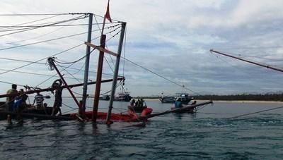 Tàu câu mực của ngư dân bị tông chìm trên biển
