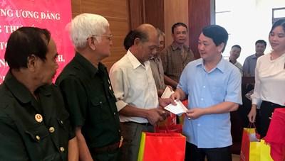 Phó Chủ tịch -Tổng Thư ký Hầu A Lềnh thăm và tặng quà người có công tại Lào Cai