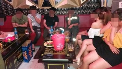 Bất chấp lệnh cấm, quán karaoke vẫn 'lén lút' đón khách giữa mùa dịch Covid-19