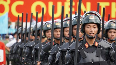[ẢNH] Cảnh sát chống bạo động dùng khiên biểu diễn đấu đối kháng