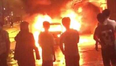 Xe sang chạy trên đường bất ngờ bốc cháy trơ khung
